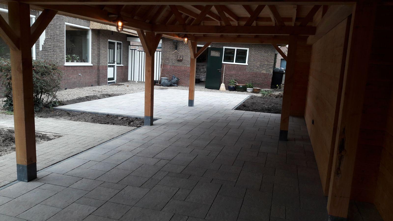 Bestrating van tuin met veranda in Leerdam